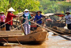 Women-rowing,-Mekoing-River.jpg